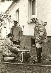 1984 - Hochwasser - Pumparbeiten am Gießener Gesundheitsamt